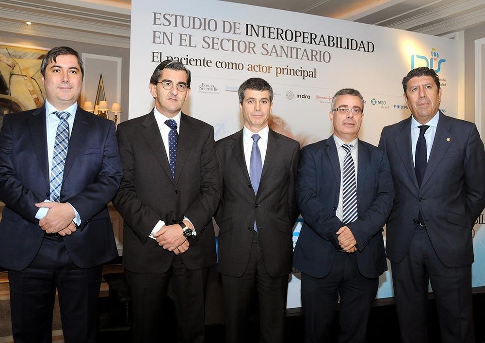 Adolfo Fernández-Valmayor (en el centro) junto a los ponentes