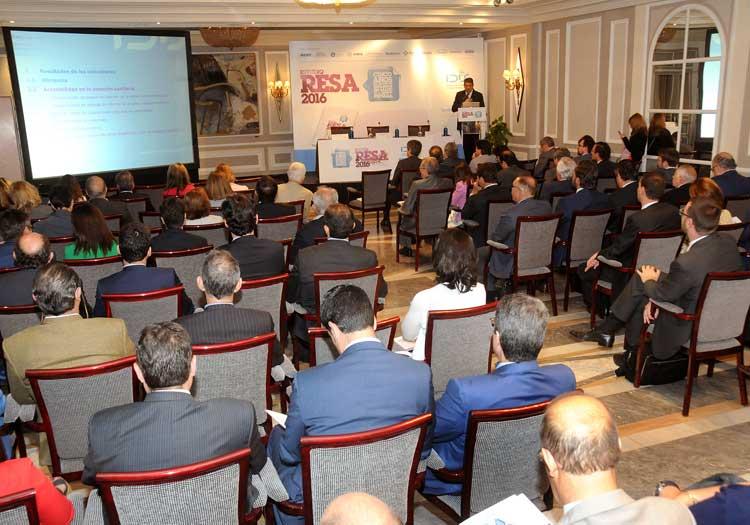 Asistentes a la Jornada siguen la ponencia de Manuel Vilches
