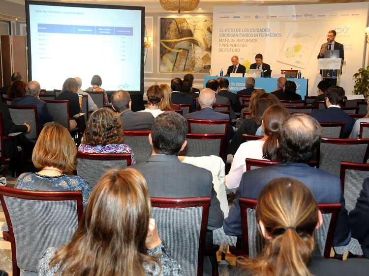 Asistentes a la Jornada siguen la ponencia de Joan Barrubés (Antares)