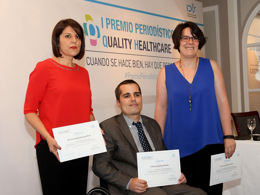 El trío de premiados muestra sus diplomas